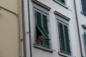 YES. exactly what you expect to see in Italy. Nonna cleaning some dusty rags out the kitchen window.